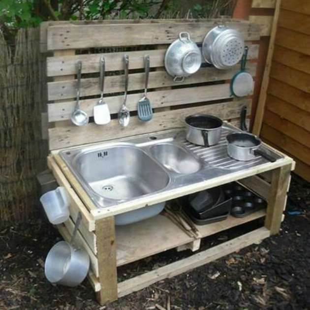 Lav dit eget udendørs børnekøkken. Sjovt for børnene at være med til også.