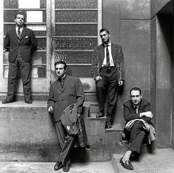 Jaime Gil de Biedma, José Agustín Goytisolo, Carlos Barral y J.M. Castellet, posando frente a los talleres de Seix Barra.