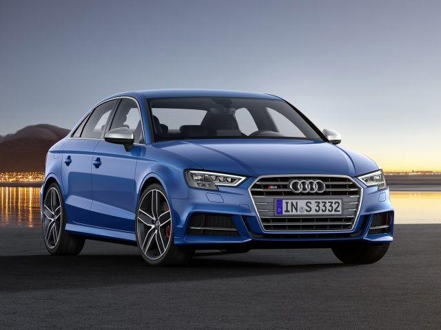 Voir cette image sur PhotosCar: La gamme Audi S3 monte en sportivité avec 10 ch supplémentaires par rapport à la génération précédente. De série, la motorisation 2.0 TFSI s'accompagne d'une boîte de vitesses S tronic à 7 rapports et de la transmission intégrale permanente quattro. À l'extérieur et à l'intérieur, le design est typique de la gamme S. La nouvelle Audi S3 est disponibl...