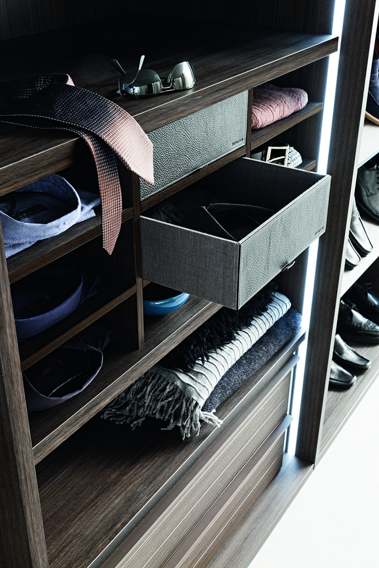 Extremely flexible walk in closet system - Presotto Tecnopolis Free Walk In Closet Shelving Element Used As A Shirt