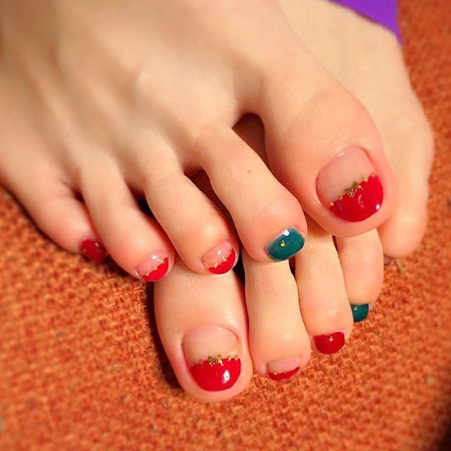 ペディ塗り直し(^^) #セルフネイル#cute #キラキラ#ネイル#看護師#シルバー#ホロ#グリッター#ゴールド#ペディキュア#マニキュア#自分の指と爪の形が嫌い#綺麗な手に憧れる#ボルドー#青寄りの緑#グリーン#ブルー