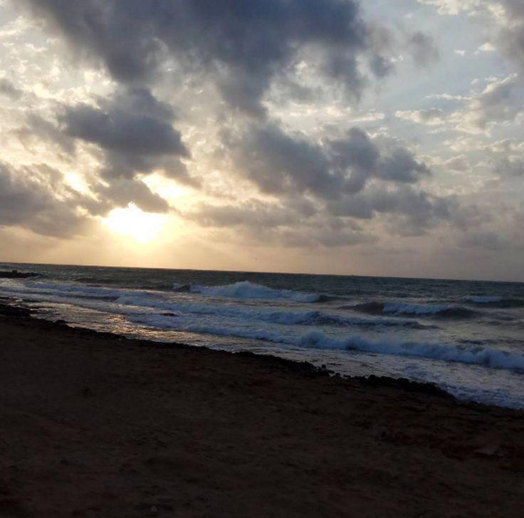 ☁☁ No importa que el día de hoy esté algo nublado, la temperatura sigue siendo estupenda para venir a dar un paseo por la playa.  📷 Fotito de @luismartincu en instagram  #PuertoMarinaSalinas #MarinaSalinas #Torrevieja #PuertoTorrevieja #Playa #Beach #MarMediterraneo #MediterraneanSea #Cielo #Sky #BlueSky  #Mar #Sea #BlueSea #Nubes #Clouds #Olas #Waves #GreatView #AmazingView
