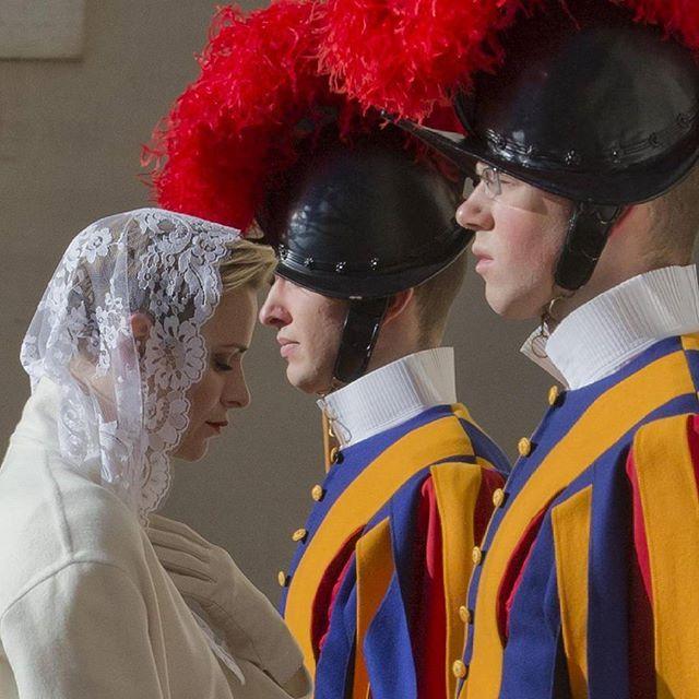 La principessa #Charlene di #Monaco tra le guardie svizzere in #Vaticano #photooftheday #bestpictures #life #Princess #travel Guarda su ANSA.IT le grandi foto dal mondo