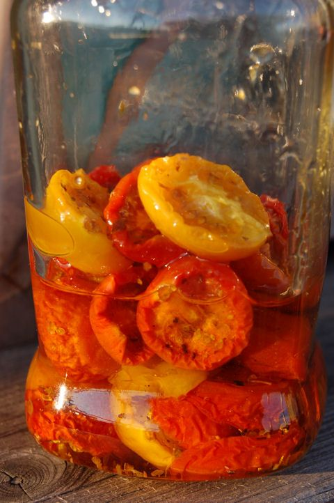 A legfinomabb aszalt paradicsom az apróméretű koktél- vagy más néven cseresznyeparadicsomból készíthető. Izgalmasabb, ha többféle színűt sikerül vásárolnunk.