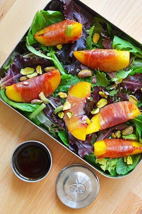 lunchbox idee: gegrilde perzik met rauwe ham salade met pistachenoten.