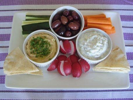 Plato vegetariano de hummus y tzatziki. Veggies with hummus and tzatziki dip