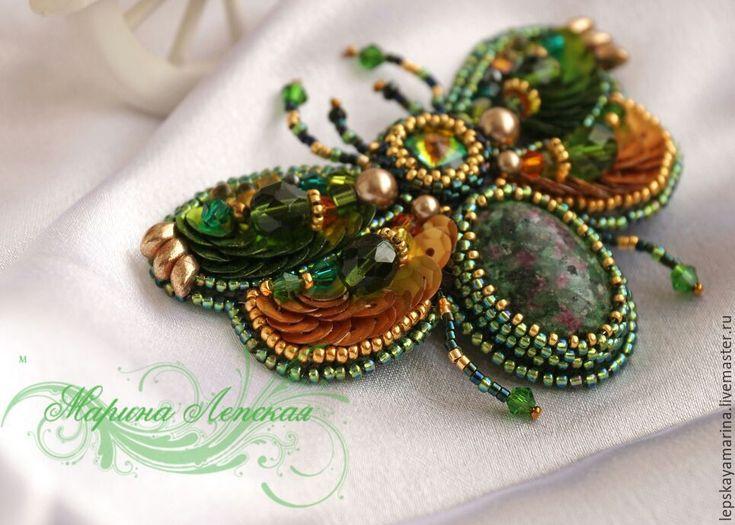 """Купить Брошь """"Зеленый жучок - мотылек"""" - зеленый, натуральные камни, рубин в фуксите, брошь, жучок"""