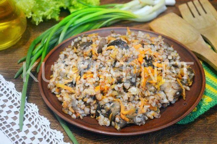 Гречка с грибами, луком и морковью — отличный вариант полноценного гарнира. Для приготовления этого блюда можно использовать как свежесвареную гречку, так и гречневую кашу, которая осталась в холодильнике после ужина или обеда. Гречка, притушенная с грибами и овощной зажаркой существенно улучшает свои вкусовые качества. Несмотря на то, что гречка с грибами относится к постным блюдам, […]
