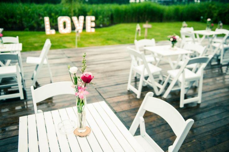 Tafels en stoelen voor avondfeest van trouwfeest in eigen tuin