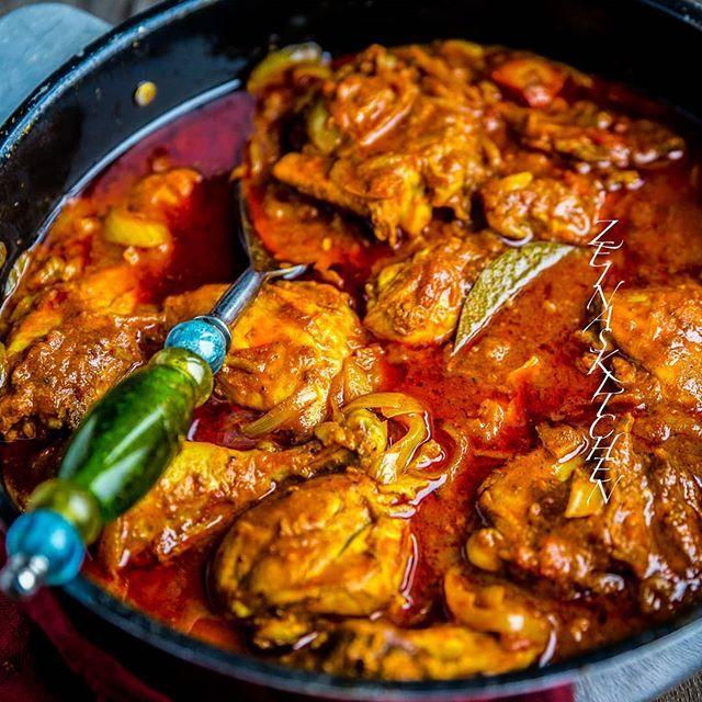 Lagade en indisk gryta idag med kycklingklubbor. Så mustig, kryddig och god den blev😍 Hade jag orkat hade jag bakat lite naan och serverat bredvid men det fick istället bli ris. Gott! Recept hittar du på bloggens startsida, gå till zeinaskitchen.se 💖
