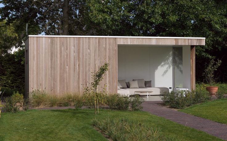 Moderne houten tuinberging met overdekt terras.