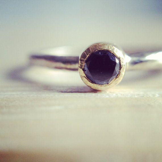 Black_ anello in oro giallo e oro bianco con diamante nero e lavorazione etrusca on Etsy, €233,00