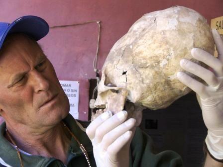 Brien Foerster examina um crânio Paracas. Brien Foerster, diretor-assistente do Museu de História de Paracas, no Peru, defende a teoria de que eles pertenceriam a alienígenas em visita ao planeta. Sua teoria é mencionada em numerosos blogs, vídeos e documentários que exploram os aspectos extraordinários dos crânios e fornecem poucas ou nenhuma referência científica.