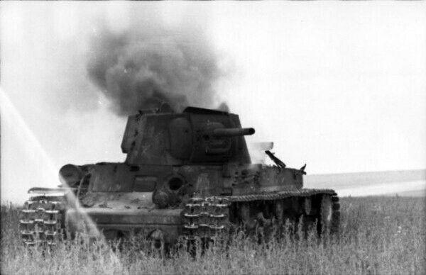 """По утру, по огненному знаку, Пять машин """"КВ"""" ушло в атаку. Стало черным небо голубое. В полдень приползли из боя двое. Клочьями с лица свисала кожа, Руки их на головни похожи. Влили водки им во рты ребята,  На руках снесли до медсанбата. Молча у носилок постояли и ушли туда, где танки ждали.   1944 год, Сергей Орлов."""