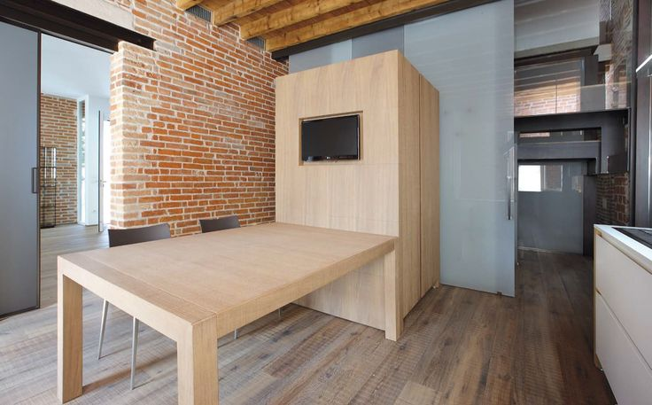 the column block, customised by installing a TV in the wood panelling side, matches the table in saw-cut oak