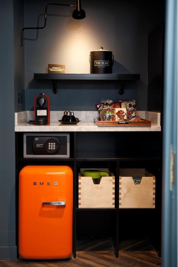 """Precies wat ik bedoel als mini-bar in onze slaapkamer. Muurlampje, marmer- look """"aanrecht"""" plek voor een waterkokertje en een klein koelkastje."""