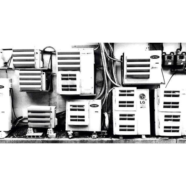 rob-rob-rob / Instagram / MMCA 근처 어딘가 / 골목투어 #골목 #흑백 #blackandwhite / 서울 종로 소격 / #골목 #설비 / 2014 05 06 /