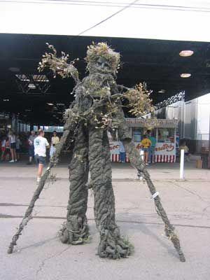 Adult tree costume with stilts commit error
