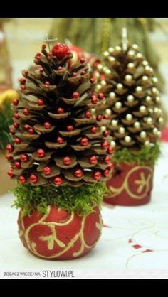 Piñas decoradas como arboles de navidad