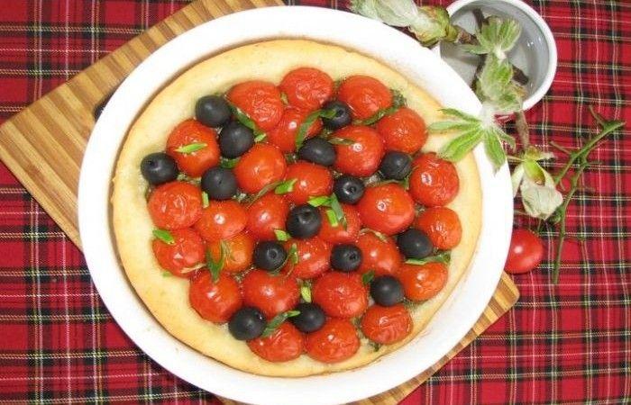 Тарт с черри http://mirpovara.ru/recept/2378-tart-s-cherri.html  Тарт - открытый французский пирог в виде лепешки, которые может выступать как в качестве сладкой, ак...  Ингредиенты:  • Мука - 400г. • Молоко - 100мл. • Масло сливочное - 35г. • Сахар - 1ч. л. • Дрожжи сухие быстродействующие - 2ч. л. • Помидоры черри  - 600г. • Лук репчатый - 1шт. • Чеснок - 2зуб. • Маслины б/к - 150г. • Масло растительное - 3ст. л. • Лук зеленый - 1пуч. • Соль - по вкусу • Перец черный молотый - по вкусу…