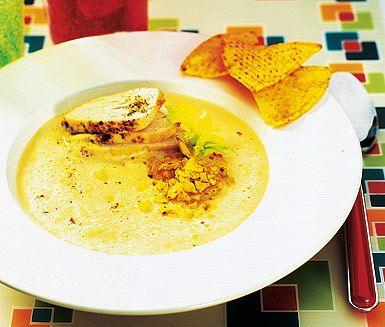 En enkel kyckling- och majssoppa serverar du här med knapriga tortillachips vid sidan. De stekta kycklingfiléerna skivas ner i den söta majssoppan med grädde och tortillachipsen läggs bredvid. Garnera gärna med lite färsk koriander.