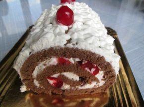 Un postre navideño exquisito, con un fino bizcochuelo (pionono) casero de chocolate, relleno y cubierto de crema chantillí y cerezas en almíbar.
