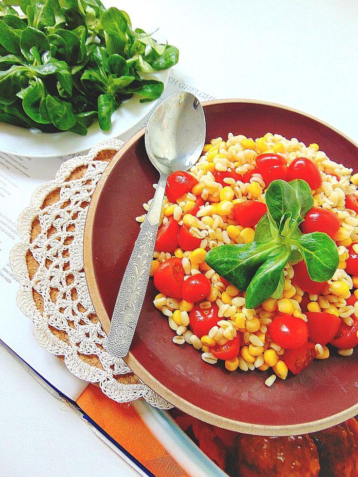 Salade croquante de maïs, blé et tomates cerises. Ingrédients:      150 g de maïs en grains,     200 g de blé,     3 tomates,     5 cl d'huile d'olive,     4 c. à soupe de vinaigre,     cerfeuil ou persil.