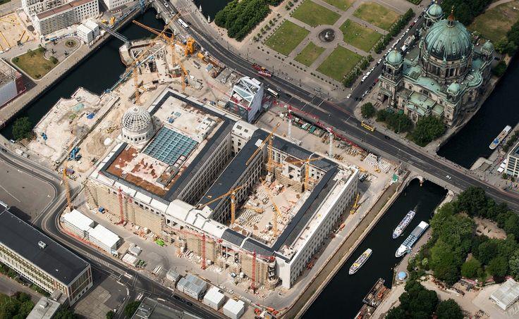 2016 Berlin - Die Baustelle der Stadtschloss-Rekonstruktion, der Dom, der Schinkelplatz, die Schlossfreiheit, der künftige Schlossplatz und der angeschnittene Lustgarten von oben. ☺