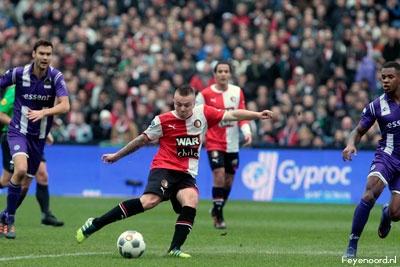 Feyenoorder Jordy Clasie schiet de 1-0 binnen tegen FC Groningen. Dit zou ook de eindstand zijn. Feyenoord behaalde zo een zwaarbevochten maar belangrijke overwinning op FC Groningen. 04-03-2012