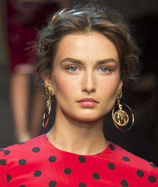 Les pièces de monnaie anciennes de Dolce & Gabbana http://www.vogue.fr/joaillerie/tendance-des-podiums/diaporama/tendances-bijoux-fashion-week-printemps-ete-2014-chanel-valentino-alexander-mcqueen-ralph-lauren-dolce-gabbana-fendi-gucci-balmain-lanvin/15402/image/863404#!tendances-bijoux-fashion-week-printemps-ete-2014-dolce-amp-gabbana