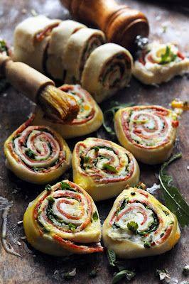Bladerdeeg rolletjes met ricotta, chorizo, rucola, pesto en geraspte kaas
