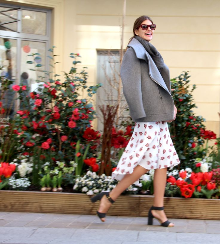 Mariana Cassou, co-founder e buyer do Gallerist, com casaco cinza e saia estampada Cris Barros na Semana de Moda de Paris.