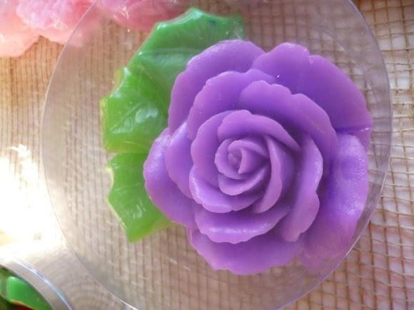Sabonete de Glicerina em formato de rosas. Acompanha 3 folhinhas de erva doce. Se desejar apenas a Rosa, fica em R$ 10,00.   Pode ser embalada em caixa de acetato, latas, caixas, cesta. Preço da embalagem à combinar.  Ideal para lavabos, banheiros de casamento, presentes e lembranças, que nesse caso, acompanha cartão personalizado.  Aromas de Rosas com Blanc, ou como desejar. R$15,00