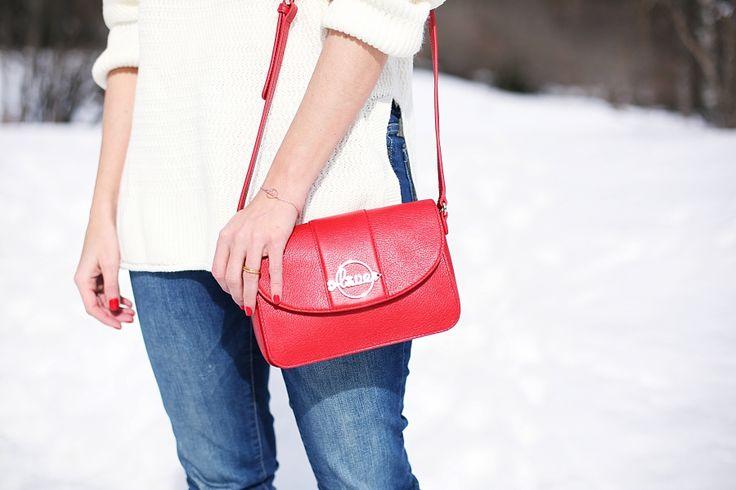 Casual Look. Look en la nieve. A trendy life. #casual #moda #fashion #denim #jeans #hat #redbag #sanvalentintous #snow #details #zara #stradivarius #tous #ugg #outfit #fashionblogger #atrendylife www.atrendylifestyle.com