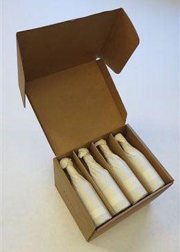 """L'imballaggio è una scatola per il vino che contiene 12 bottiglie, elimina la necessità di reimballaggio e consente una diretta spedizione al cliente. Il design ha incontrato anche la richiesta del cliente che apprezza la soluzione """"semplice, esteticamente pulita e anche ecologica."""" Vincitore GOLD nella categoria """"Branded Package"""" nell'ambito del premio canadese PAC Sustainable Packaging Competition 2013."""