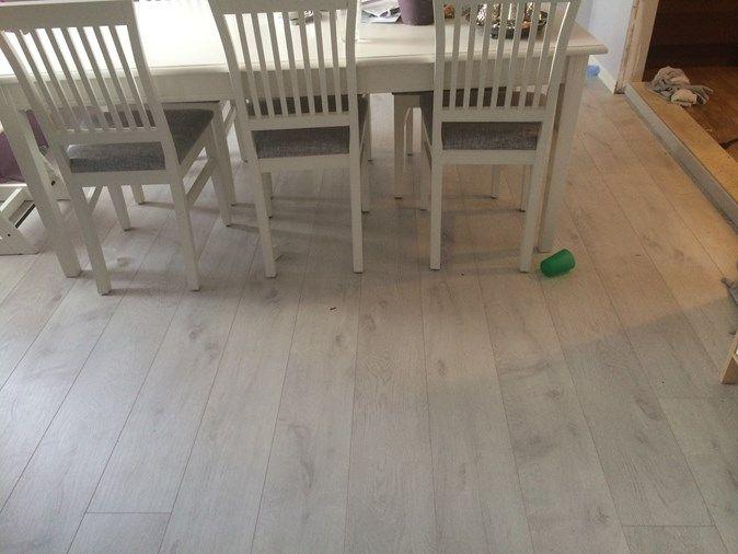 Moderne grå, laminat gulv fra Pergo