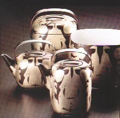 Rosenthal Sammlung / 3 Teile im Modellkasten HAP Grieshaber, 1976  Er hat als einziger Künstler zwei Objektserien der Form Suomi für Rosenthal dekoriert. 1976 war ein Holzschnitt als Dekormuster auf Porzellan neu. Aus diesem Grunde kommt diesen ersten Objekten eine besondere Bedeutung in der Reihe der Kunst-Edition Suomi zu.