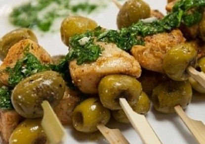 أسياخ الدجاج المشوية مع الزيتون - مجلة الطبخ يم يمي