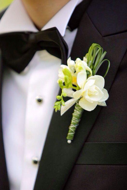 #HLo-Tips: Un buen botonier para novio tiene que tener flores pequeñas para que no estorbe y que esté bien puesto.