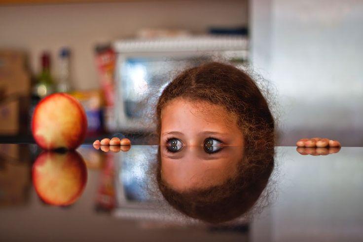 .Девочка, яблоко и отполированный стол. (Philip Cornish)