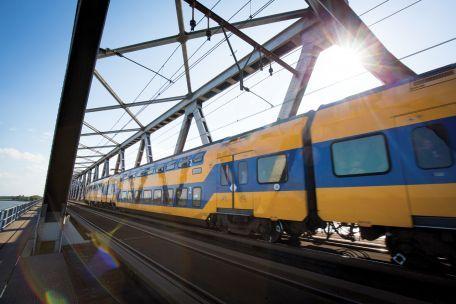 Treinverkeer Moerdijkbrug weer op gang