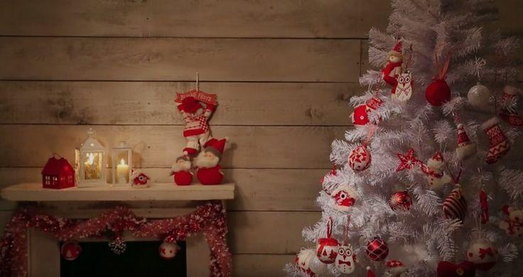 sapin artificiel blanc décoré de boules de Noël, figurines hiboux et chaussettes de Noël en blanc et rouge