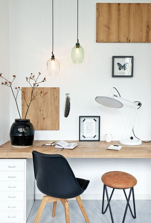 Zorg dat een werkplek in de woonkamer sfeervol is aangekleed, zodat het onderdeel uitmaakt van de leefruimte.