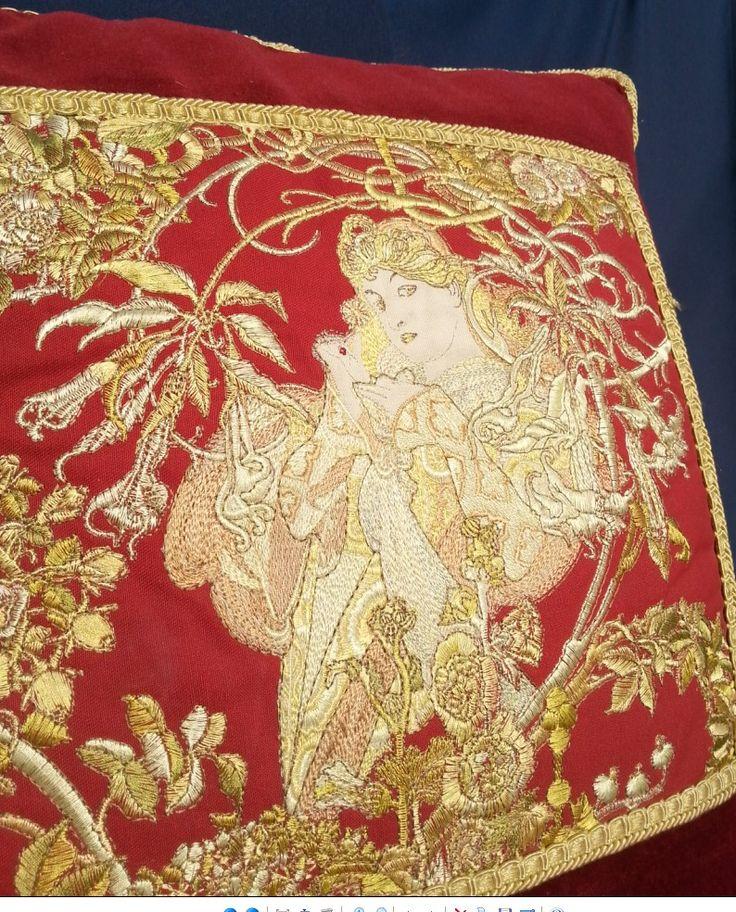 Poduszka dekoracyjna z haftem wg Alfonsa Muchy. Haft na aksamicie.