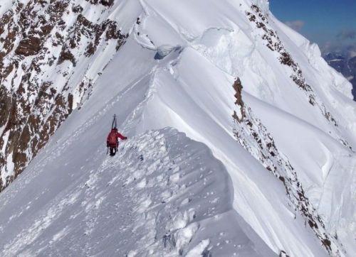 Matteo Calcamuggi è una guida alpina valdaostana e membro del locale soccorso alpino. Pubblichiamo il video di una delle sue ultime imprese, la discesa con gli sci dalla parete nord del Lyskamm dello scorso Luglio 2012.