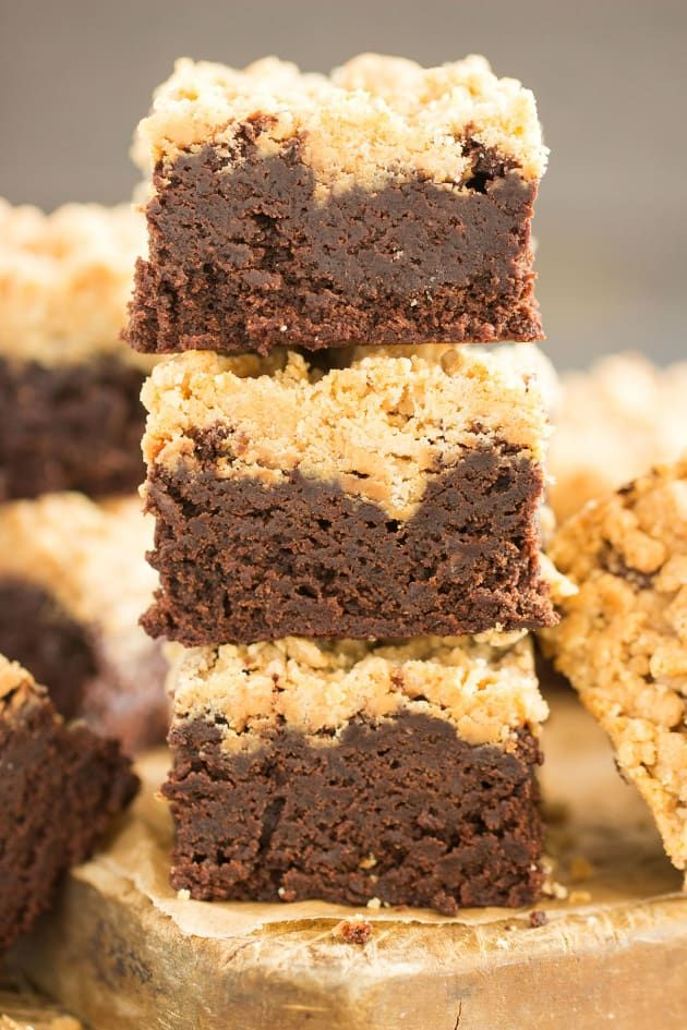 Peanut Butter Streusel Brownies will make all the peanut butter and chocolate addicts in your life happy. These will definitely be devoured! #chocolate #peanutbutter