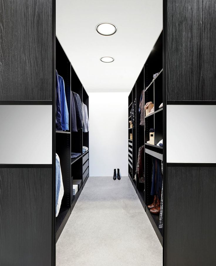 Walk-in closet - De Luxe Combi-sliding doors in Blackwood with mirror fields closing off the spacious walk-in closet, which is decorated with shelves, drawers and cabinets in the model Vario 19th from Kvik.
