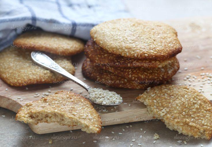Очень вкусное и полезное кунжутное печенье, которое можно безбоязненно давать детям. Всего получилось: 10 печенек. Калорийность одной штуки: 104 ккал. Ингредиенты: Кунжут: 90
