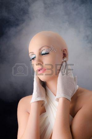 Modelo mujer calva. Foto de archivo.
