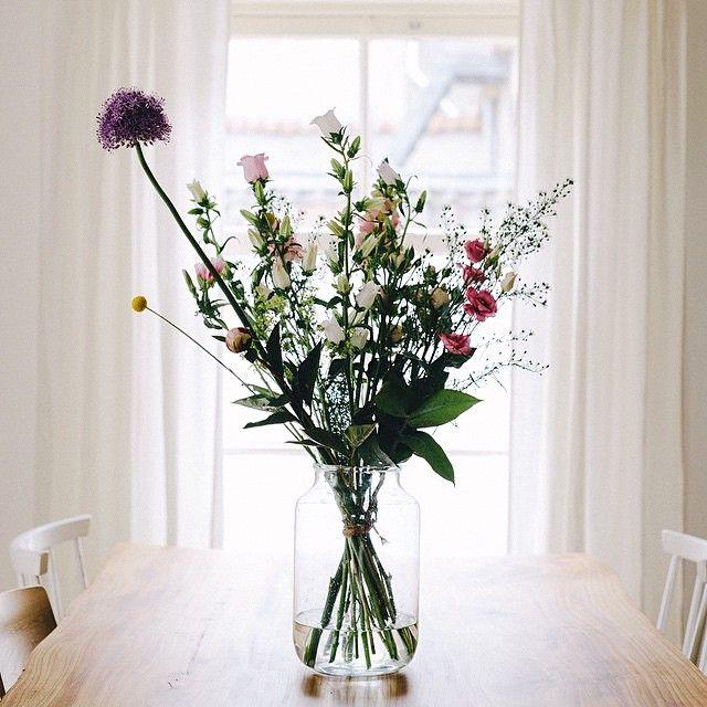Onze bloemen in het huis van @erikafloor. Wat een mooie foto! #home #interior #flowers #photography